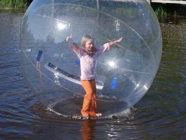 O nouă distracție de vară – joaca în water ball