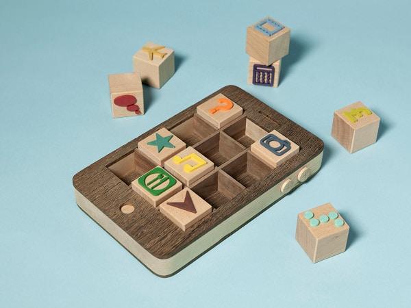 iPhone cu aplicații de lemn