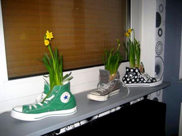 Plantăm flori în teniși vechi