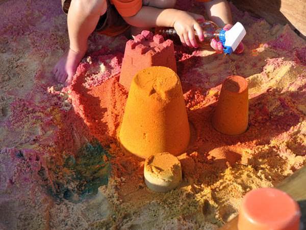Nisipul colorat este mai vesel