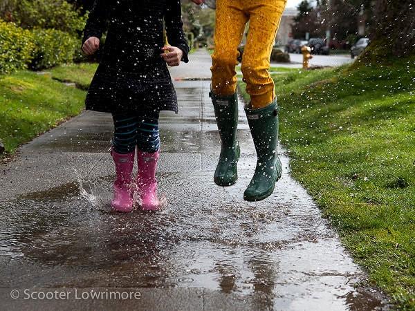 Vine ploaie bine-mi pare că avem… cizme colorate de cauciuc
