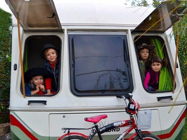 Viața pe îndelete: două familii pleacă prin Europa cu rulotele