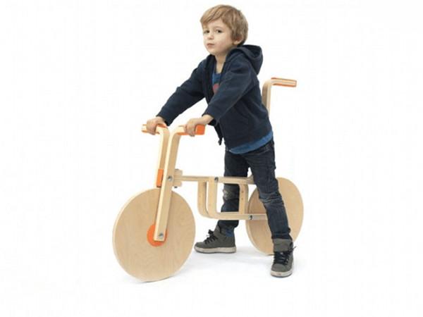Dau două scaune de la Ikea pe o biclă de lemn