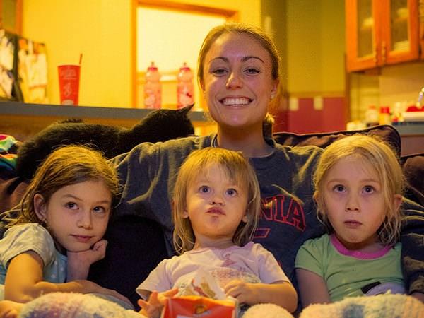 De ce se uită copiii la televizor?
