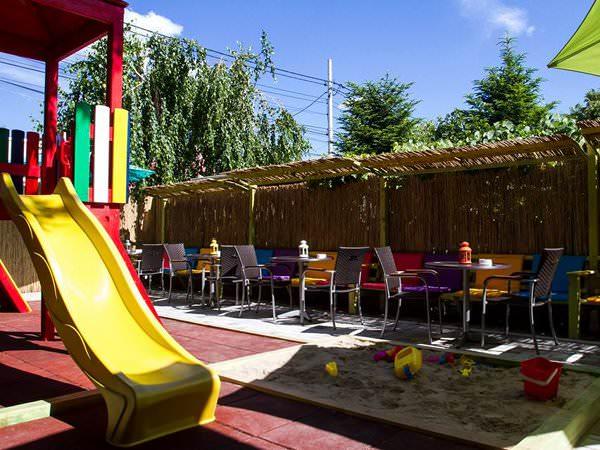 Mayaricii, loc cu terasă, dar mai ales loc de joacă și petreceri