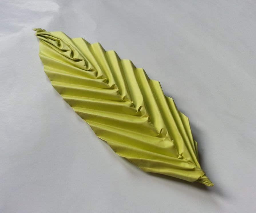 Origami: cum faci o frunză din hârtie colorată