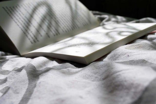 Câți părinți le mai citesc copiilor povești înainte de culcare?