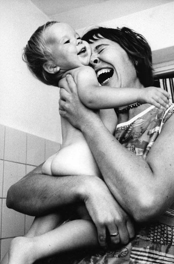 Fotografii superbe cu mame și copii, făcute acum mai bine de 50 de ani