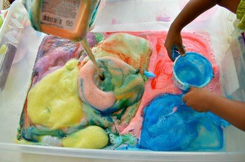 Experiment inedit pentru copii: un vulcan colorat