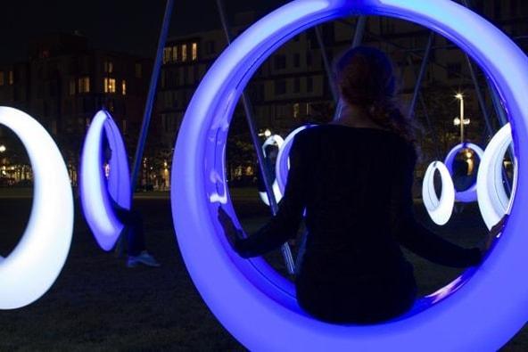 Un loc de joacă interactiv, care-și schimbă culoarea atunci când sesizează mișcare