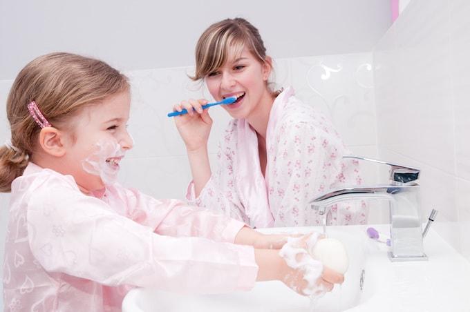 Copiii își iau lecțiile de igienă de la părinți, nu neapărat de la școală!