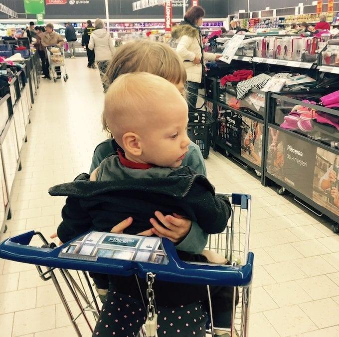 Eu, marea gospodină, cu cei mici la cumpărături