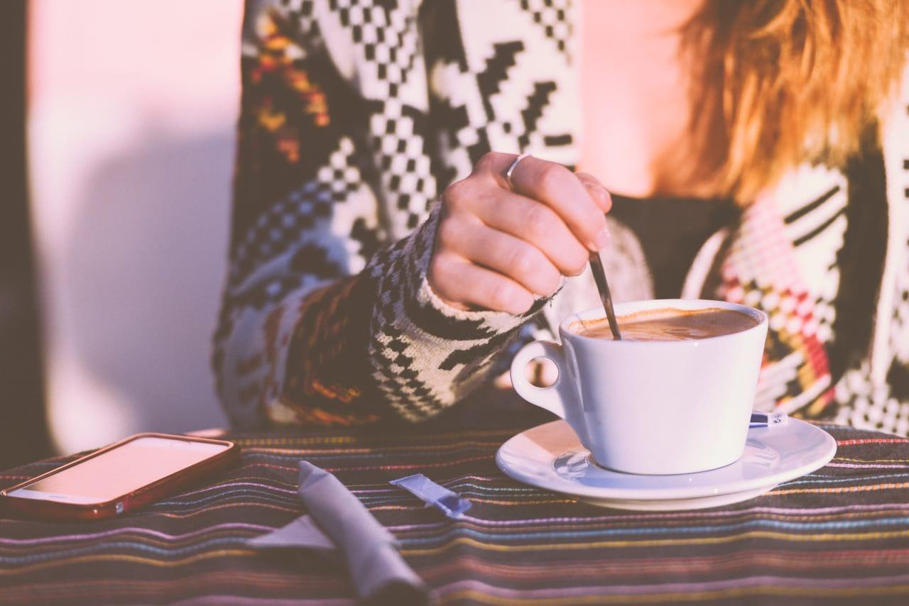 Mamica este energica cu o cafea