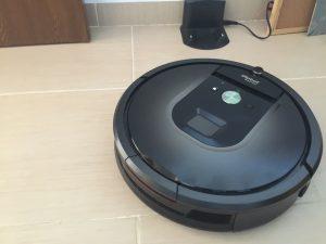 iRobot Roomba 980 întorcându-se acasă (la stația de încărcare)