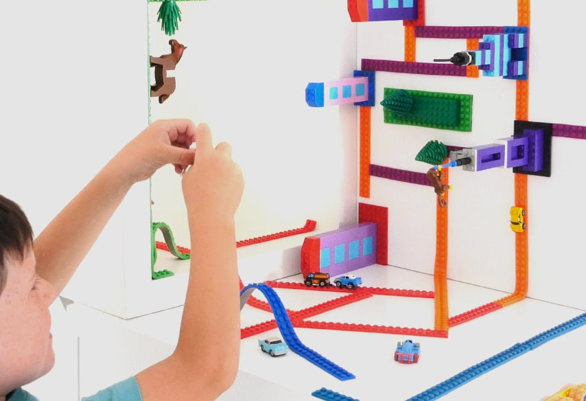 Bandă adezivă LEGO – montează construcții LEGO unde vrei tu :)