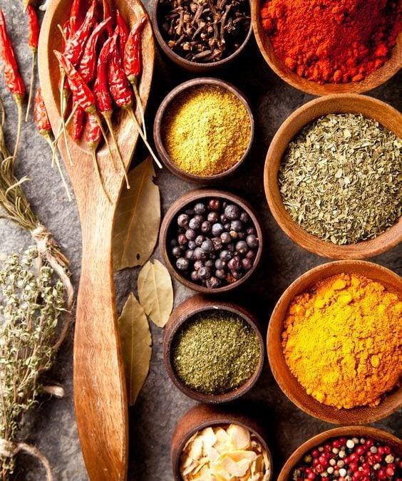 Cinci condimente pe care le folosesc cel mai des la gătit