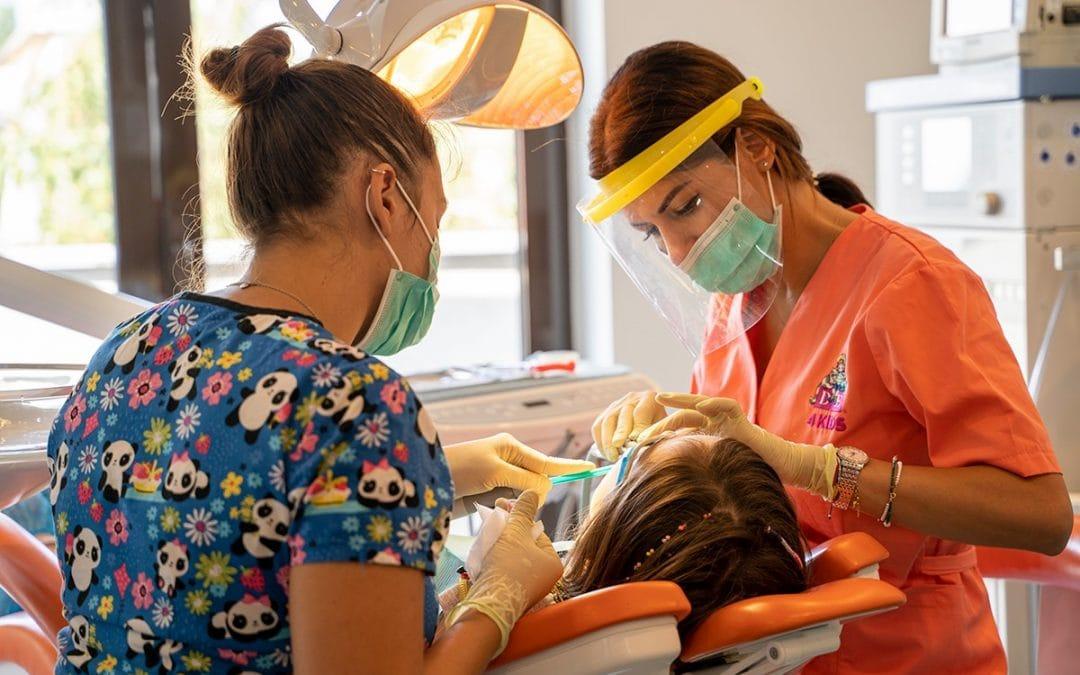 Prima vizită a copilului la medicul stomatolog pediatru