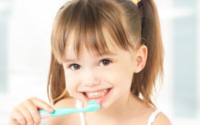 Coroane dentare pentru copii și cariile dentare – 5 lucruri importante pentru părinți